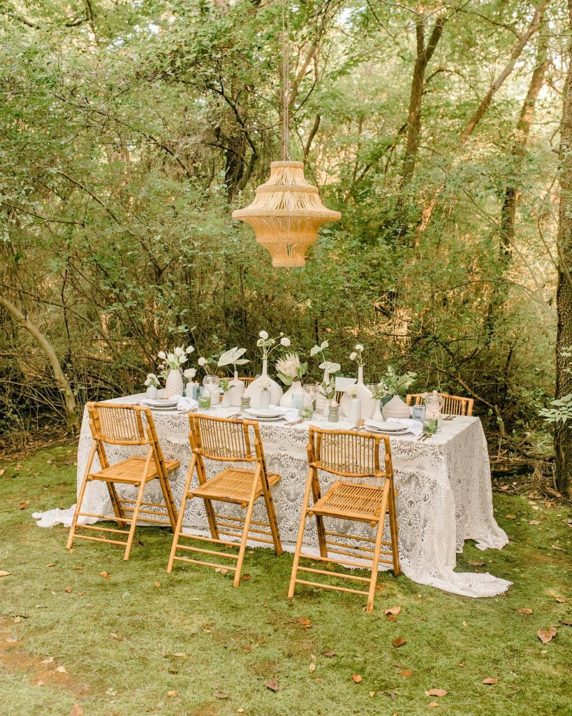 There is something so ✨effortless✨ about the earthy aesthetic shown off in this intimate wedding inspiration from anniebradydesign! // Photo: