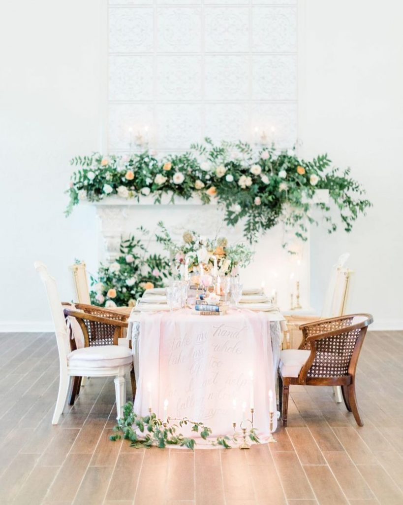 Finding it hard to think about anything other than this mix-matched micro-wedding setup from allysonwhitneydesigns. Nothing but delicate charm at