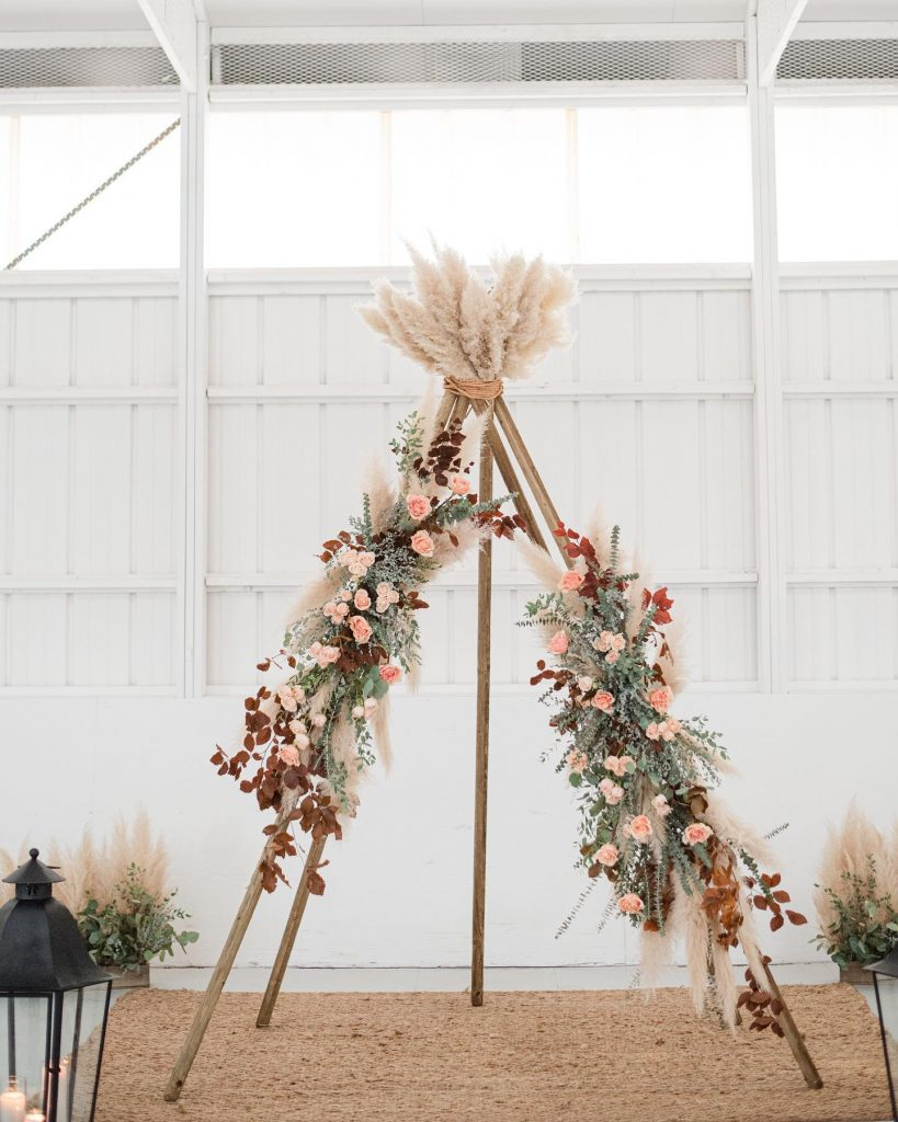 "From the photographer: ""This fall shoot at aspenranchok⁠ was the perfect amount of bohemian and simplicity. From neutral-toned florals to"