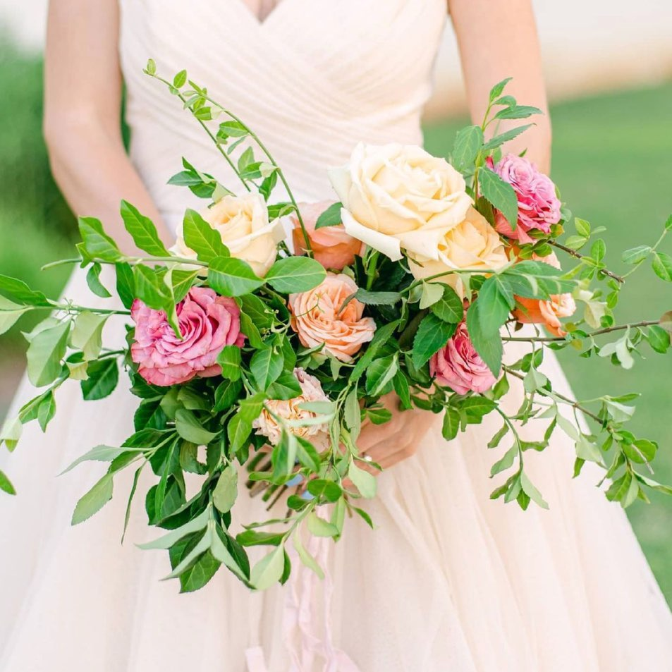Light & airy isn't just for photography! Look how gorgeous these (loose) blooms are from gorgeousbloomsfloraldesign . A few roses
