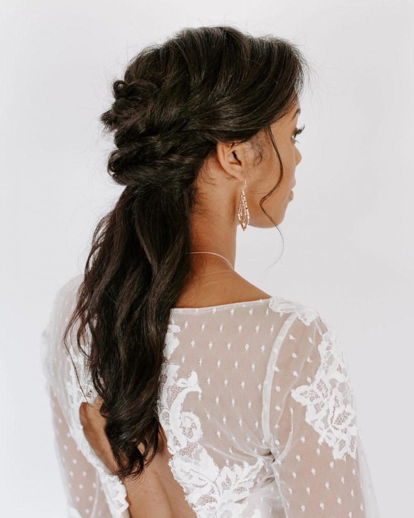This soft-waved, romantic hairstyle from staganddoesalon is giving us the feminine vibes we need this Friday! Swipe to see the