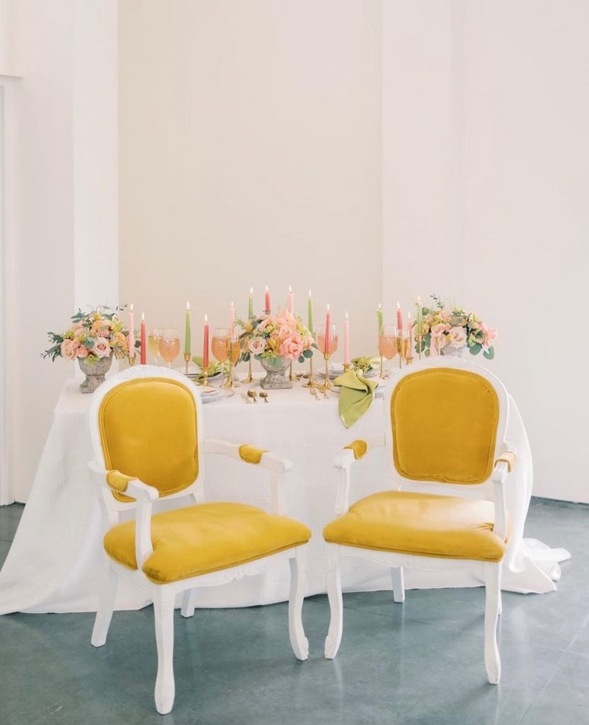 We are sold at the sight of this luxe sweetheart table! With these velvet mustard chairs from scavengedvintage bringing the