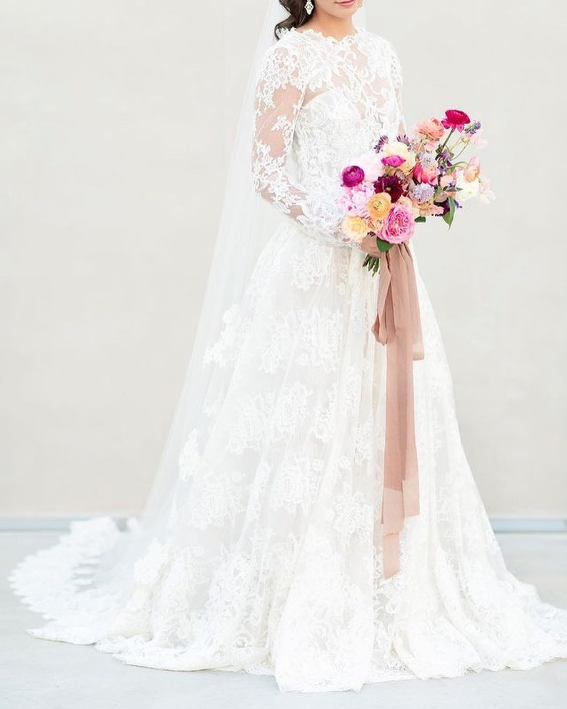 🎶 It's Friday, we're in love!🎶  This moniquelhuillier gown from jjkellybridal screams fierce feminity. We simply can't. get. enough.
