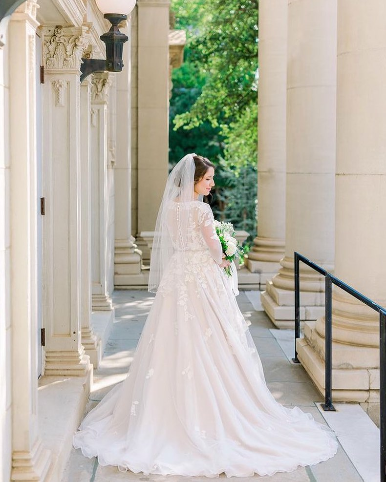 You MUST save this gorgeous bridal portrait inspo from kelseylanaephotography! This stately downtown OKC shoot is jaw-dropping to say the